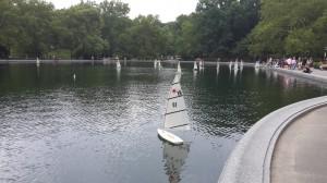 Central Park göletindeki model araçlar