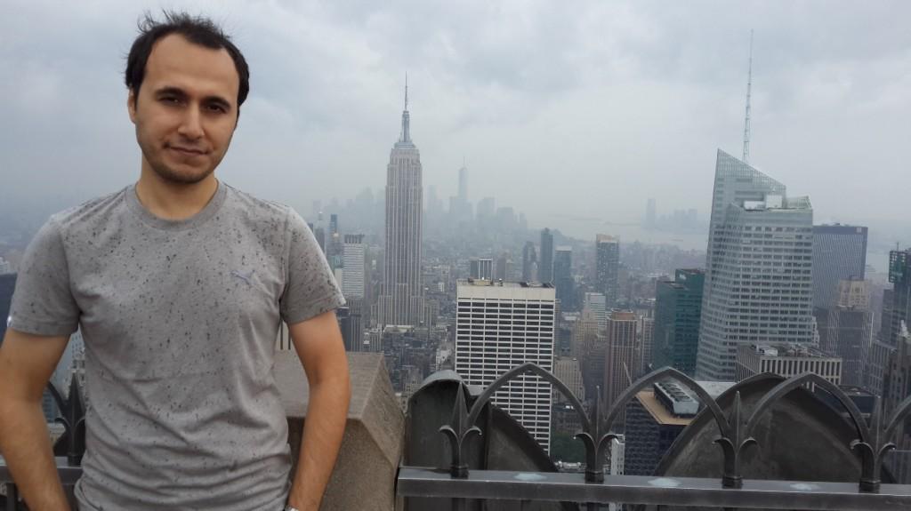Yağmurlu bir günde Rockefeller Center'dan Empire State manzarası