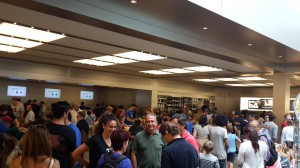 Apple Store'un içerisi hayli kalabalıktı