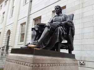 John Harvard heykeli