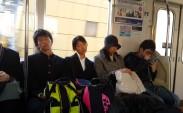 Tokyo metrosu ve uyuyan Japon öğrenciler