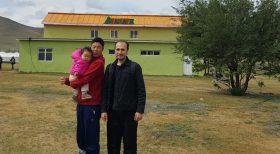 Moğol bebeği ve babasıyla