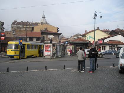 Saraybosnada bir cadde ve bekleyen insanlar