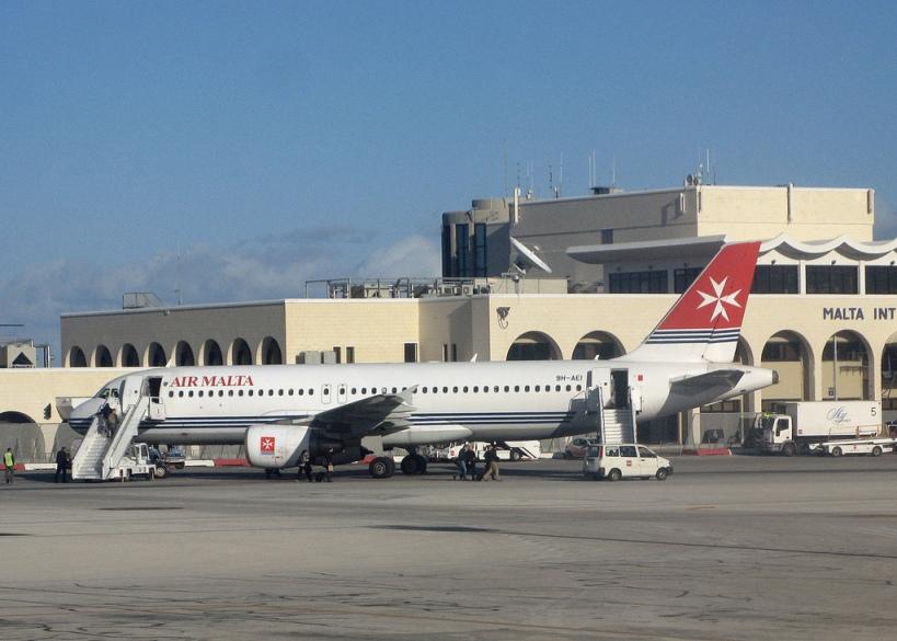 Malta Havaalanı ve bir Air Malta uçağı