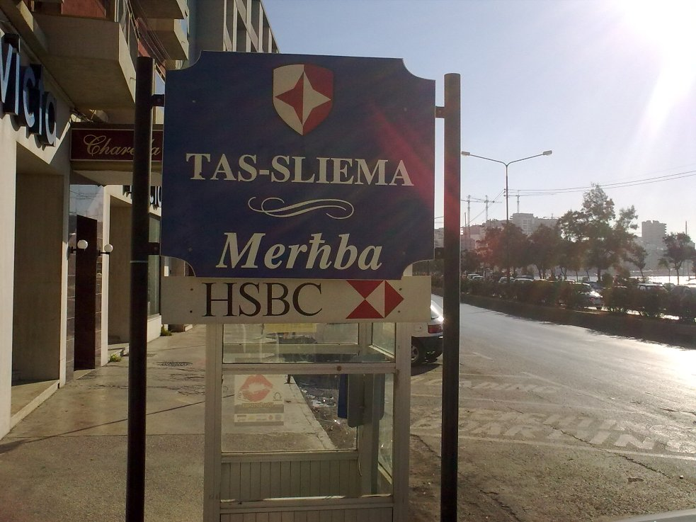 Hoş geldiniz Merhba tabelası ve Sliema yolunun başlangıcı