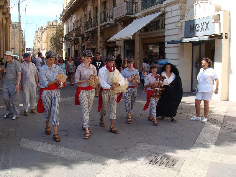 Valletta meydanı yakınlarında çalgıcılar