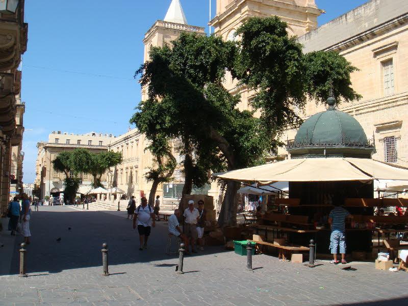 Vallettada bir cadde ve büfe