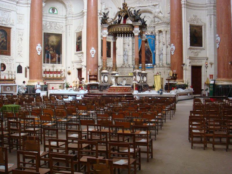 Bir kilise içerisinde