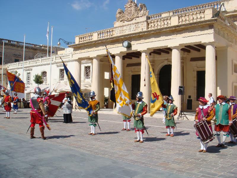 Valletta Meydanı ve meydandaki askerî tören