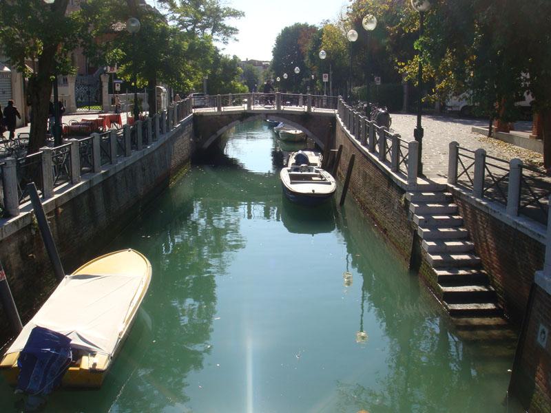 Lido'nun ortasından geçen bir kanal
