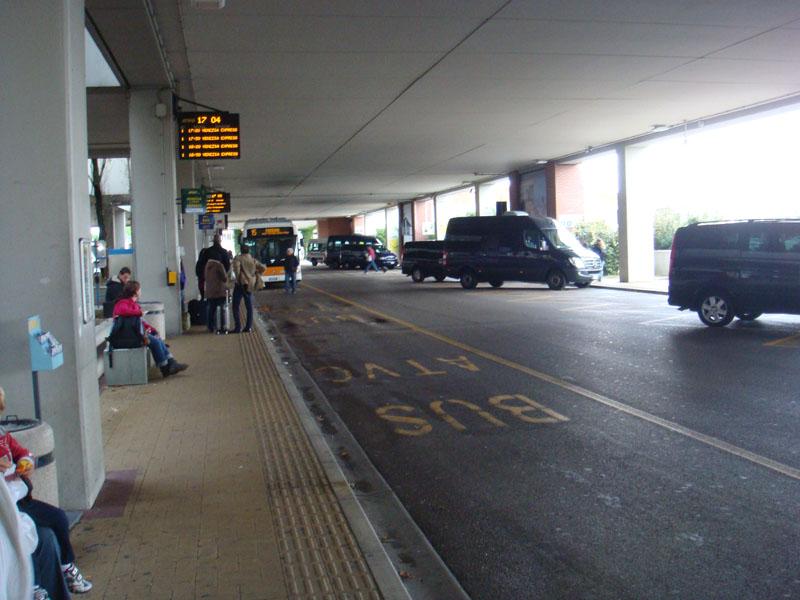 Marco Polo Havaalanında otobüs beklerken