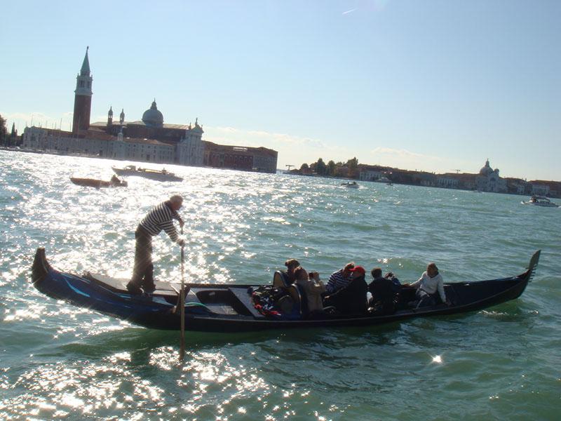 Grand Canal, gondol, güneş ve turistler...