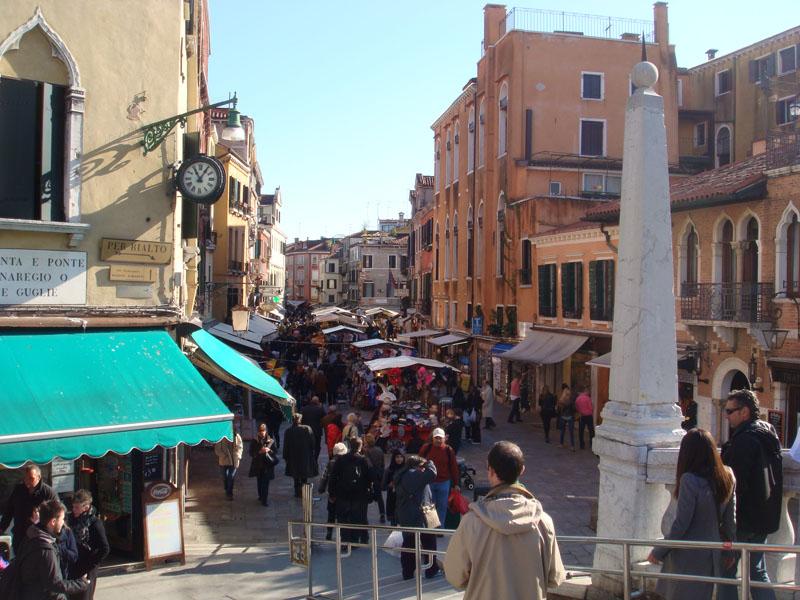Dar sokaklar ve Venedik pazarı