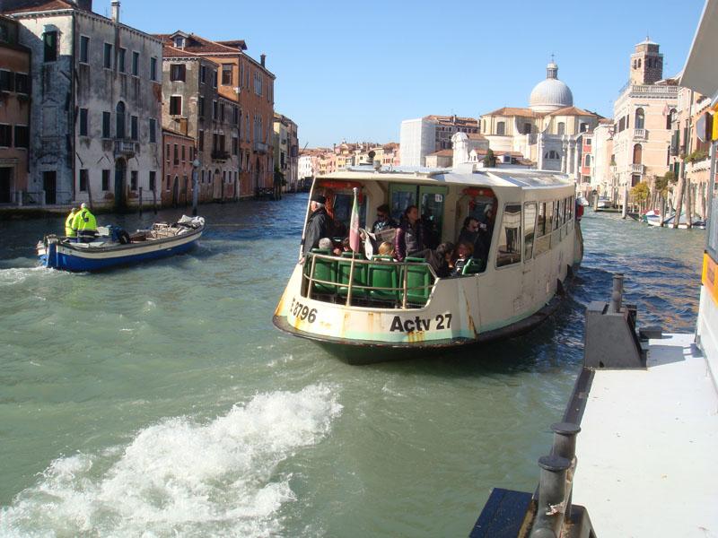 Grand Canal üzerinde ilerleyen bir Vaporetto