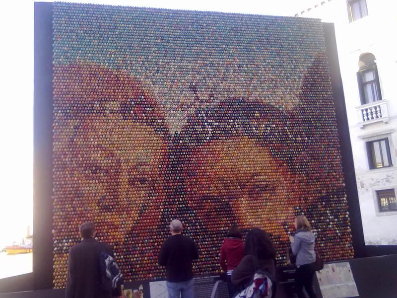 Salute Bazilikası önünde yumurtalardan yapılmış resimler