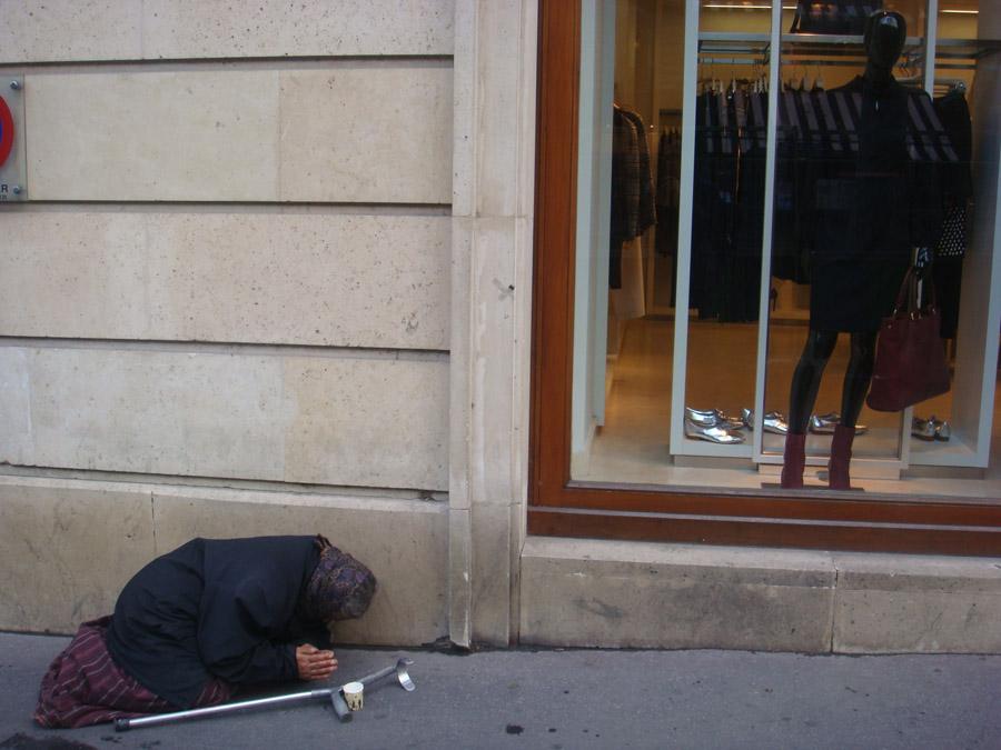 Lüks mağaza ve hemen yanı başında bir dilenci