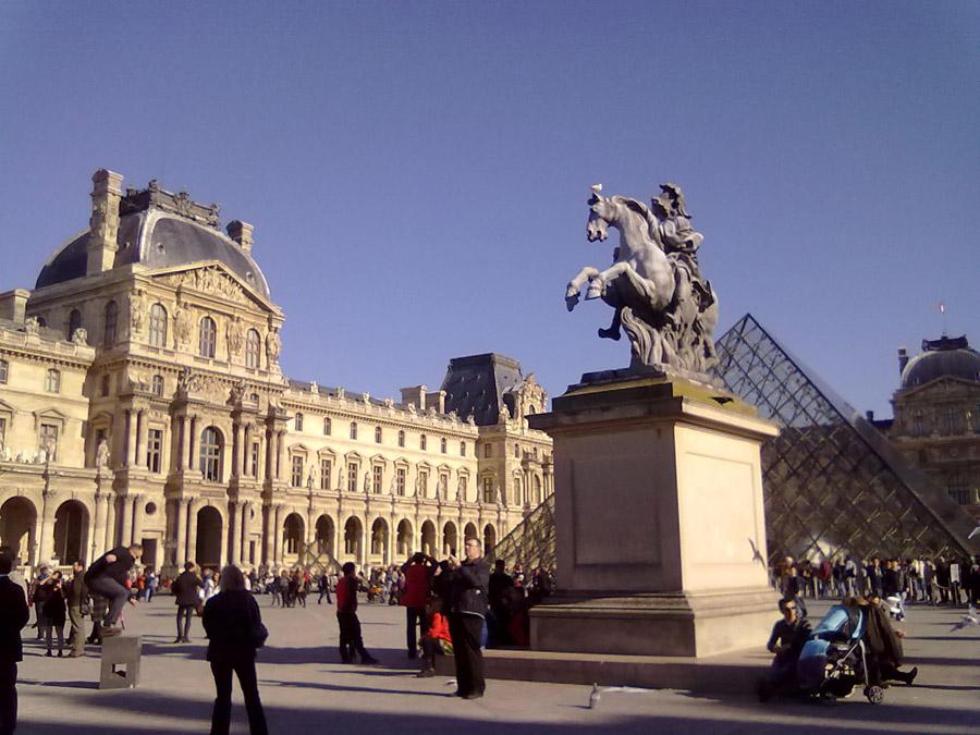 Bir başka açıdan Louvre Müzesi meydanı