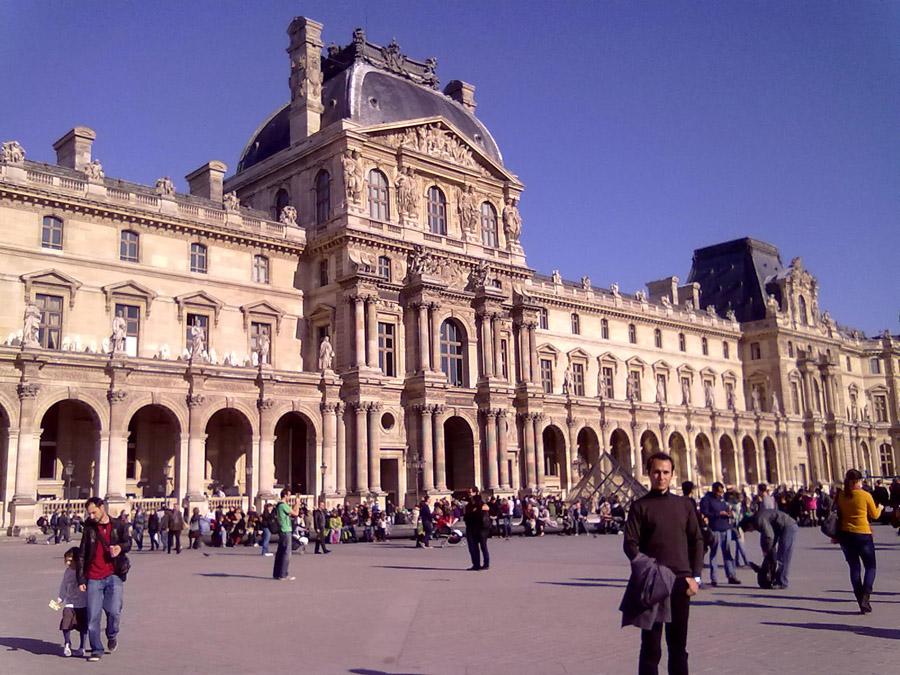 Louvre Müzesinin önü