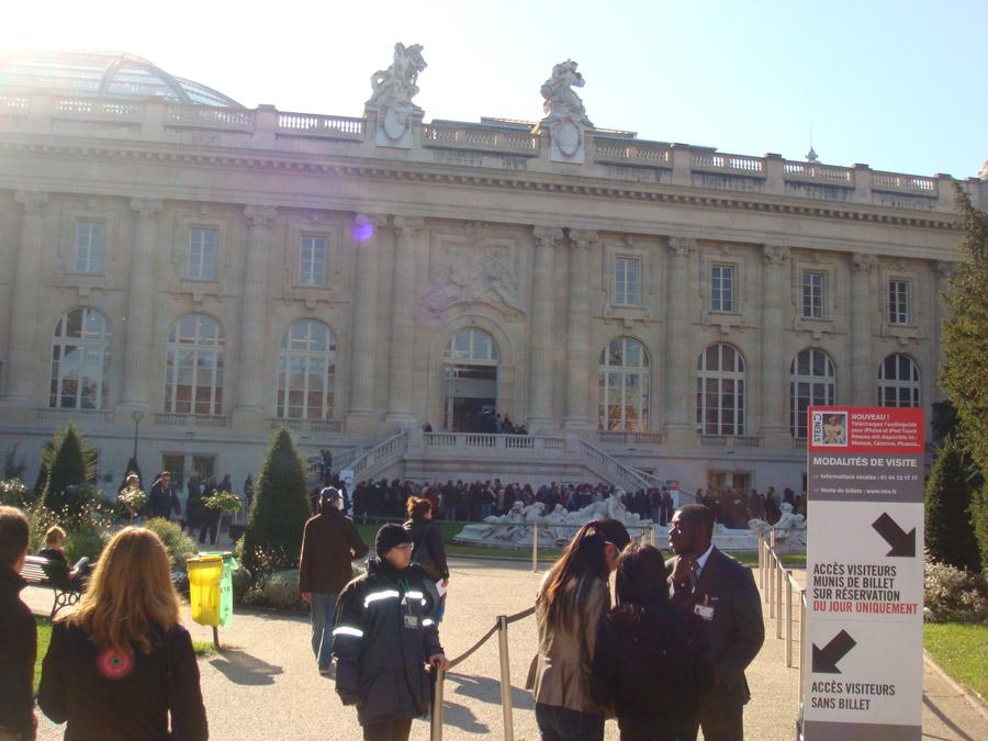 Petit Palais ve kuyruktaki insanlar